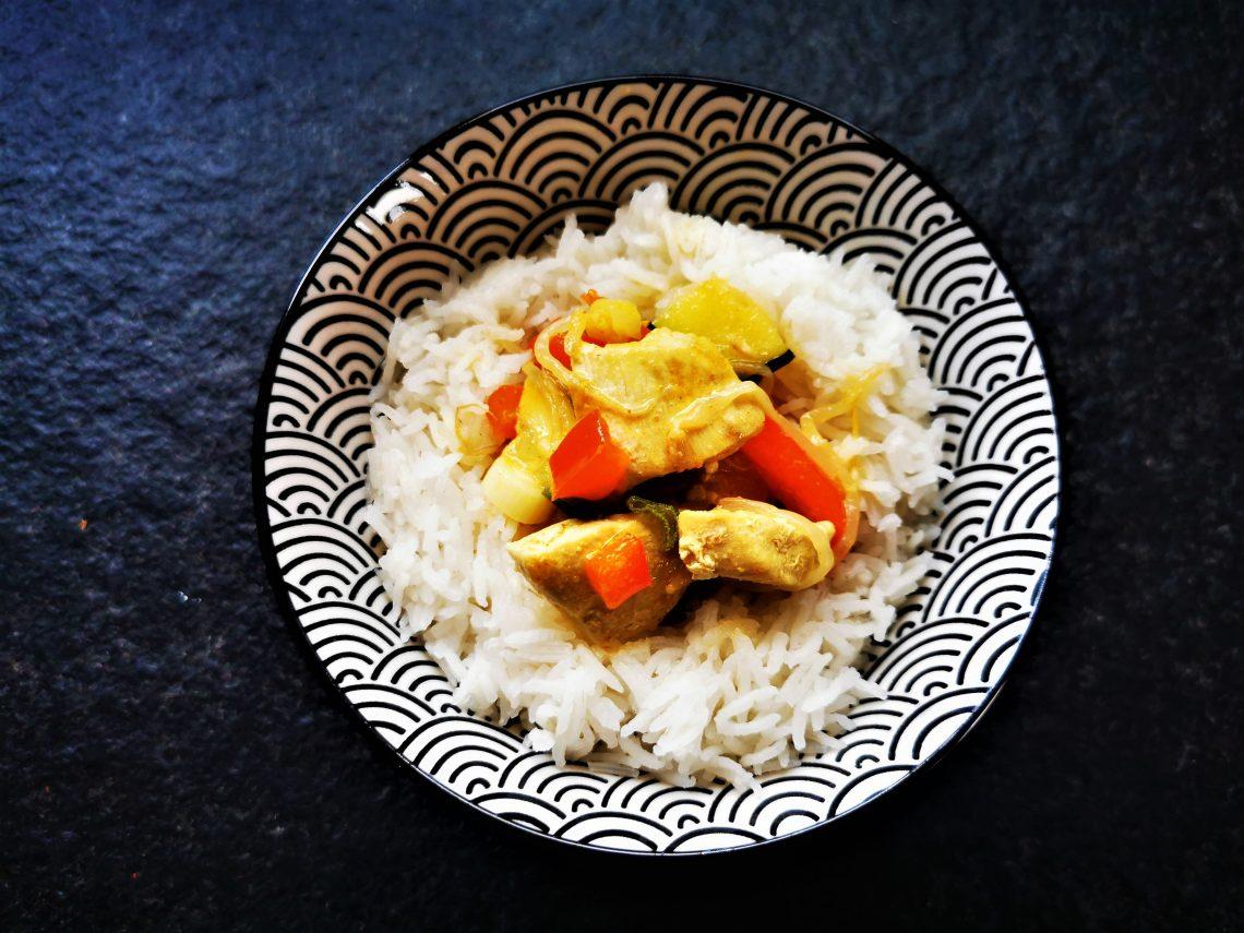 Ein gelingsicheres Rezept für Hähnchencurry mit Kokosmilch - so einfach, so schnell und so lecker! Nachkochen und genießen!