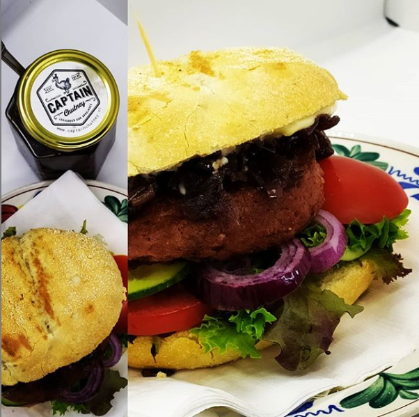Veganistische hamburger met Gekarameliseerde Rode Uien Chutney