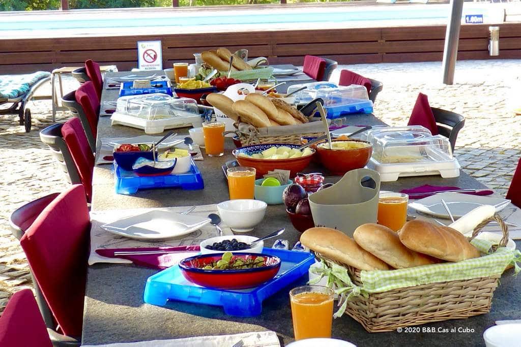 B&B Algarve Cas al Cubo Tavira - ontbijt aan het zwembad