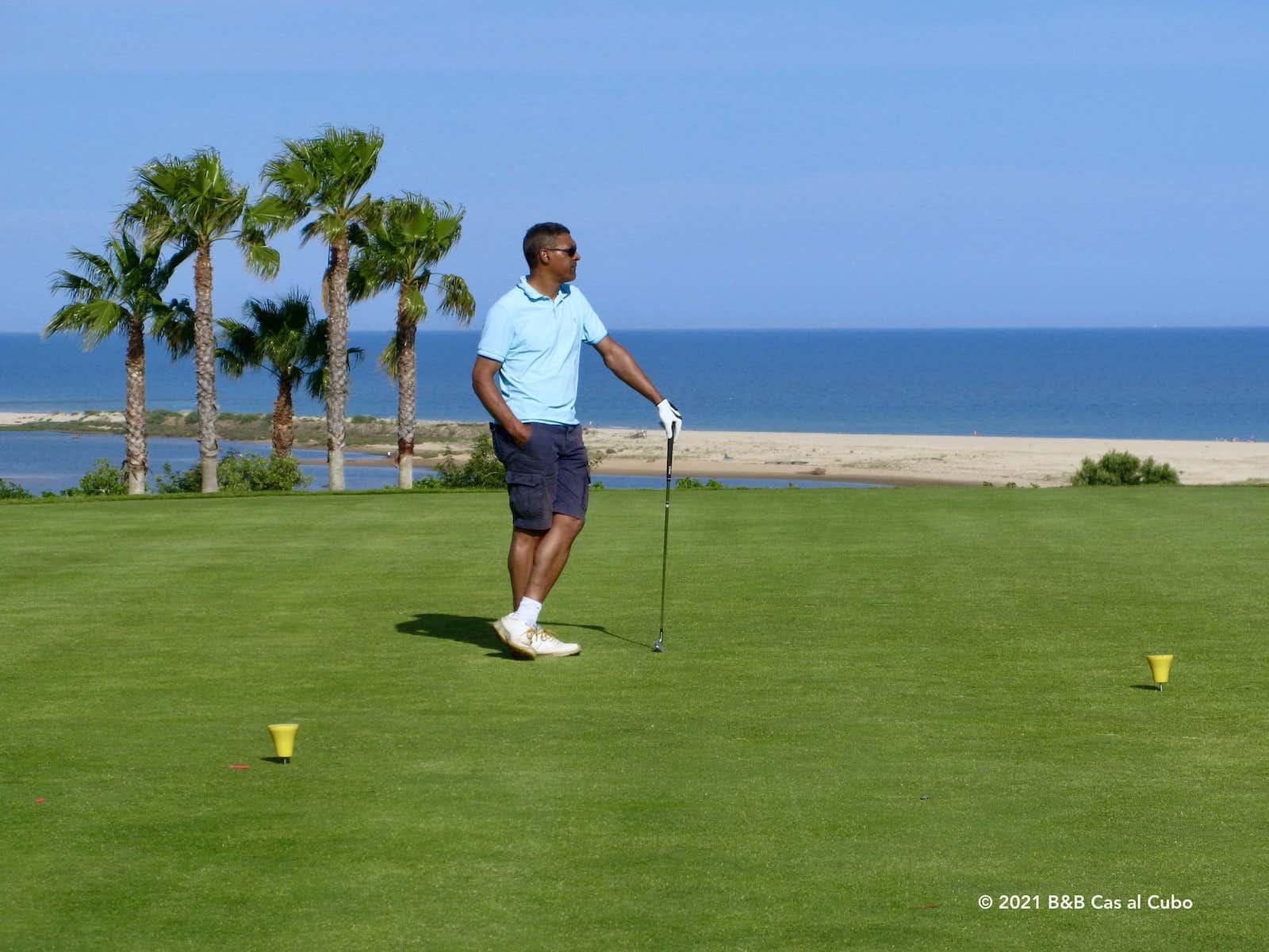 Golfer op de green van Quinta da Ria golfbaan