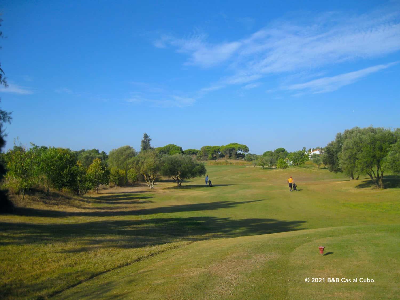 De green met golfers bij Benamor Golfbaan