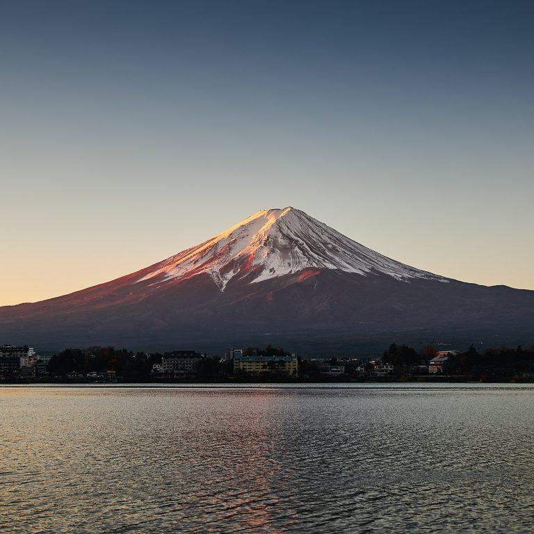 Sonnenaufgang am Lake Kawaguchiko. (DJI Mavic Pro 2) by www.cedricpaquet.com