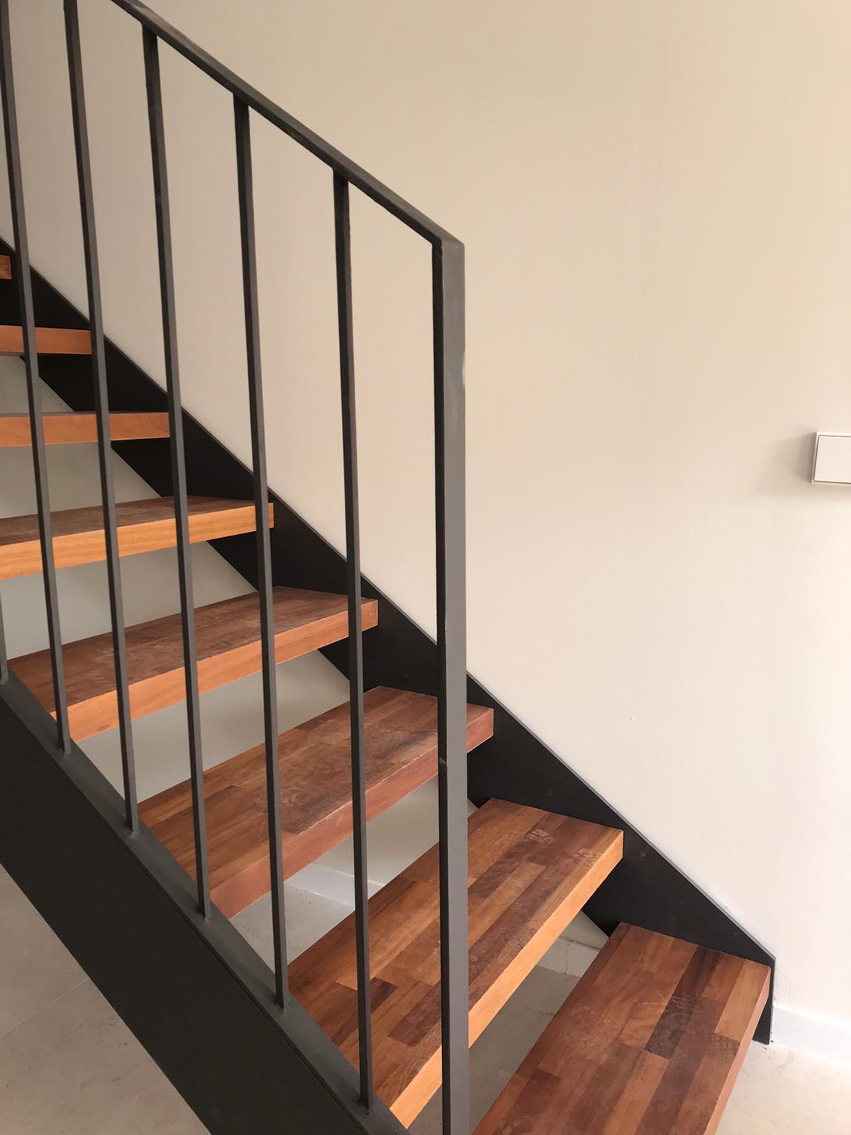 Escalera de hierro con baranda
