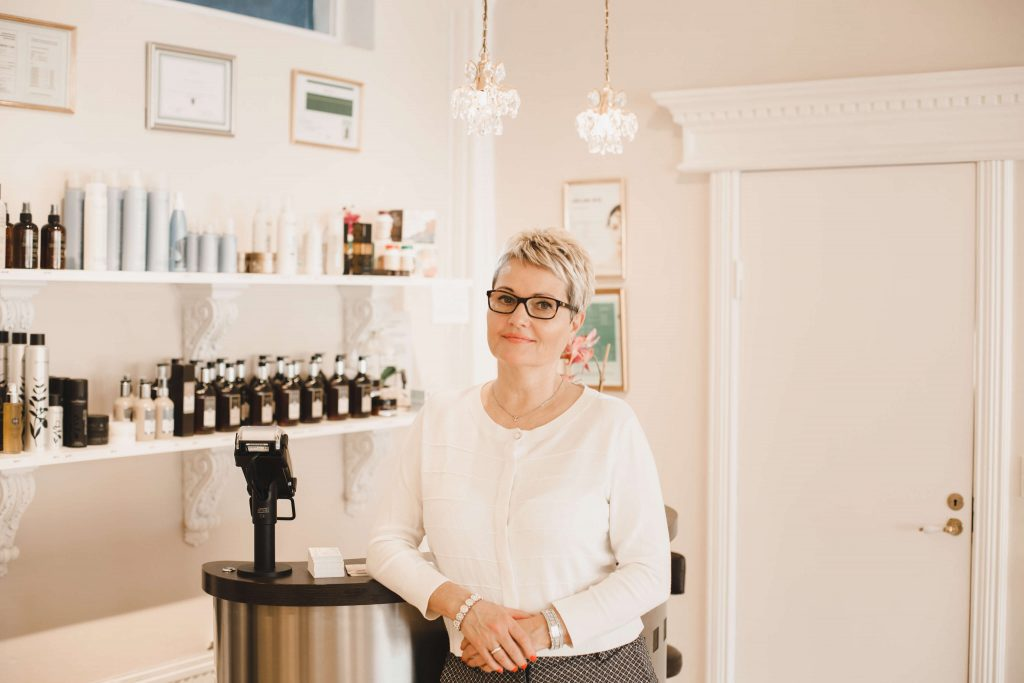 Tina Burchhardt Jensen står i sin frisør sallon chac-moll