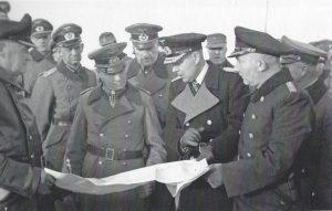 Rommels inspektion i Hanstholm den 7. december 1943. I midten Rommel og hans flåderådgiver, viceadmiral Friedrich Ruge, mellem dem general v. Hanneken og til højre kommandanten i Hanstholm, orlogskaptajn Dietrich Knippenberg. Bunkermuseum Hanstholm. Ill. fra bogen.