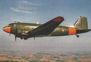 En af D-dags-veteranerne, K-683, på vej over Danmark. Det danske Flyvevåben overtog seks C-47'ere i sidste halvdel af 1956, bl.a. K-683. De seks fly var alle D-dags-veteraner, der oprindeligt var kommet over Sydatlanten på vejen fra USA til Europa. Ill. fra bogen