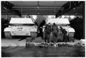"""Hvidmalede kampvogne med påmalet """"UN"""" - de såkaldte sneleoparder, fra 1994. Foto: FOV Forsvarets Oplysnings- og Velfærdstjeneste / Forsvarsgalleriet.."""