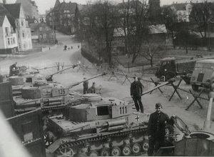 Kampvogne type IV H fra 233. Panzer-Division i Viborg 1944. Kampvognene bærer numrene 111, 135 og 115 dvs. vogne fra 1. kompagni, 1. deling vogn nr 1, 1. kompagni, 3. deling vogn nr 5 og 1. kompagni, 1. deling vogn nr 5. I Baggrunden til højre skimtes franske køretøjer af mærket AHN, typisk med deres skrå kølerhjelme.(foto: Nationalarkivet)