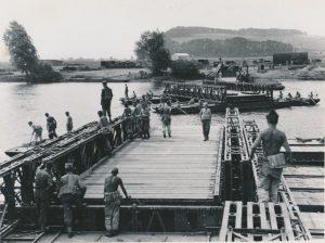 Ingeniørenheder fra Den Danske Brigade slår bro i Tyskland i 1953. (forsvarsgalleriet)