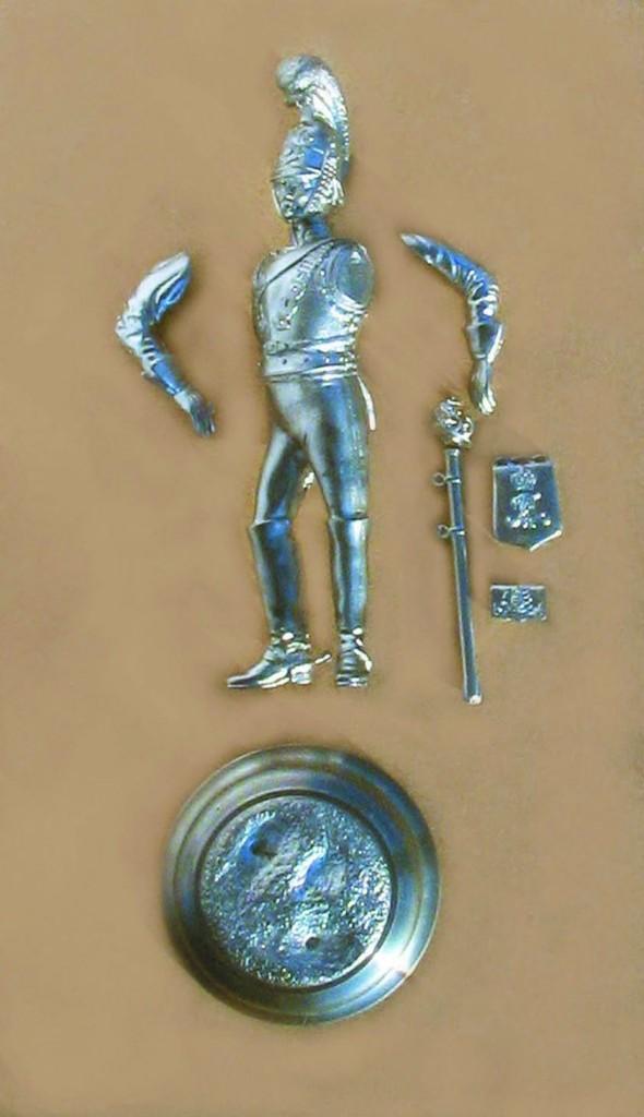 Her ses delene til Chakotens Årsfigur 2005, inden den samles.