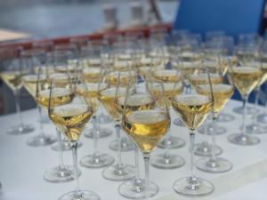champagne fyldt op i glas