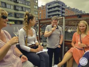 fire personer der nyder et glas champagne