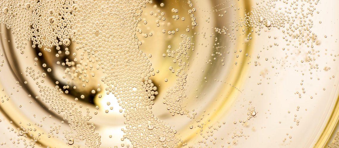 Sekt, Champagner, Blasen, Detail, aufsteigen, Bläschen, sprudeln, Kohlensäure, Details, Silvester, auf, oben, Sektglas, Spiegelung, weiß, Jahreswechsel, Sylvester, Ausschnitt, Nahaufnahme, Neujahr, glanz, Firmenfeier, Einweihung, feiern, Party, winzig, Fest, frisch, winzige, Sektschale, Schale, Nahe, tausende, Makroaufnahme, Prosecco, echt, mehrere, einige, creme, viele, Linien, Muster, betrunken, Mikroskopisch, kleine, klein, Kugeln, Luftblasen