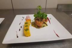Pintadeau rôti sur coffre polenta à la sauge et romarin / poêlée de légumes à l'ail jus de cuisson
