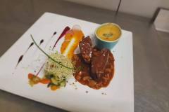 Onglet et ris de veau, crème de polenta aux truffes, poêlée de légumes glacés au thym citronné