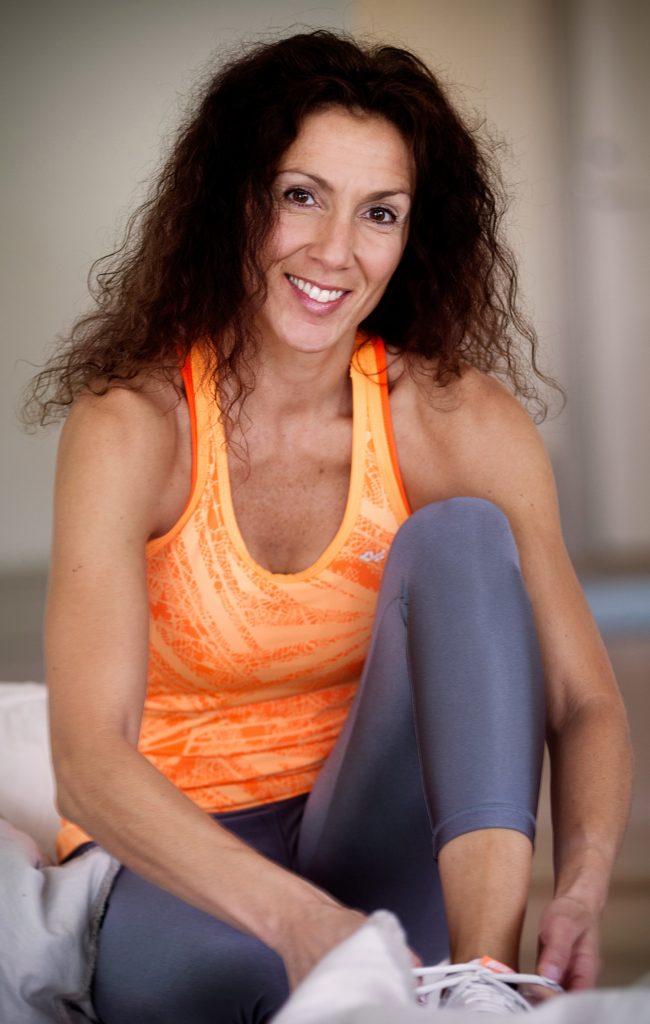 Vinkel: Personporträtt. Leila Lindholm är personlig tränare och kostrådgivare. För två år sedan fick hon cancer, men är nu frisk. Berättar om den tiden