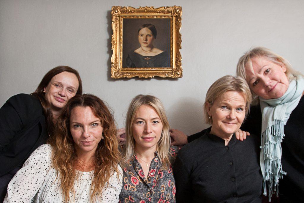 Vinkel: Dramakomedin Fröken Frimans krig fortsätter. intervju med Sissela Kyle, Frida Hallgren, Lena T Hansson, Sofia Ledarp och Maria Kulle.