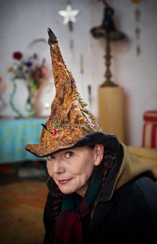 Rikshäxan Rosie Björkman ger påsktips, häxtips och berätter om häxhaussen.