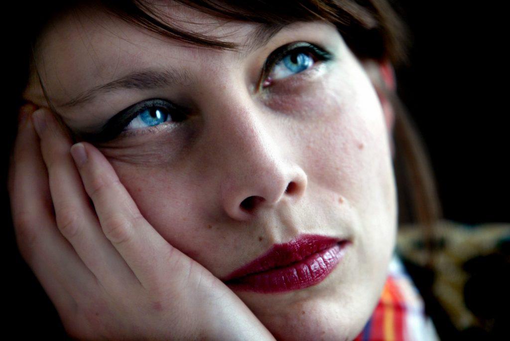 05-03-03/SISU/Jenny Wilson har sškt sig fram i livet mellan olika konstarter. Hon bšrjade pŒ konstfack men hoppade av dŒ hon kŠnde att hon inte var tillrŠckligt engagerad. SŒ hon bšrjade spela gitarr och sedan dess har hon hŒllt sig till musiken. I Œr slŠppte hon sin solodebutalbum Love and Youth var hon gšr allting sjŠlv pŒ plattan. Spelar akustisk gitarr, elbas,vibrafon, synt samt sjunger egna texter. AnmŠrkningsvŠrt fšr en tjej som tilll fšr nŒgra Œr sedan aldrig haft ett instrument is sin hand.