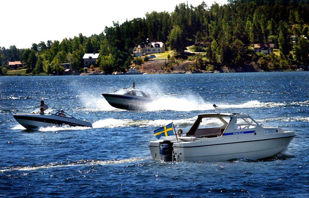 """Med värmen kommer sjöfylleriet. Under de två första helgerna i juli greps minst sex personer farvattnena kring Vaxholm för sjöfylleri. """"Från den 1 juli har vi haft väldigt mycket sjöfyllor"""", säger Jim Näsström, förundersökningsledare hos sjöpolisen. *** Local Caption *** Sjöfylleriet öker med värmeböljan"""