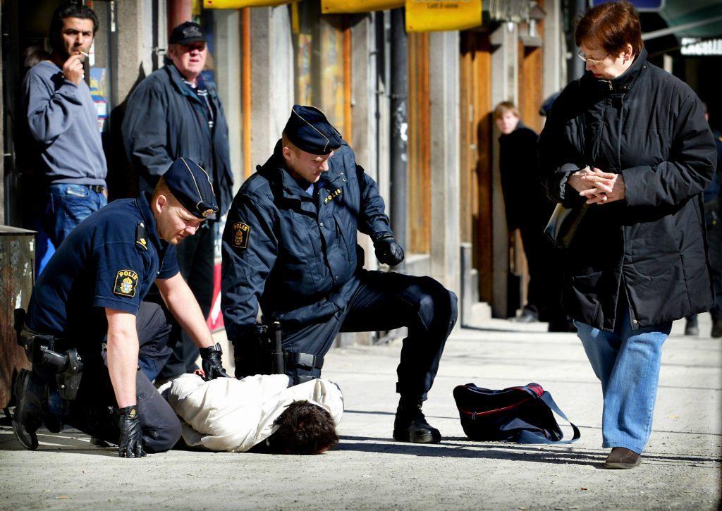 05-03-31/SISU/HŠr grips bankrŒnarna som slog till mot Handelsbanken vid Vanadisplan. De stormade in med skjutvapen och lŠmnade en bombatrapp efter sig. Nio minuter senare var dramat šver.