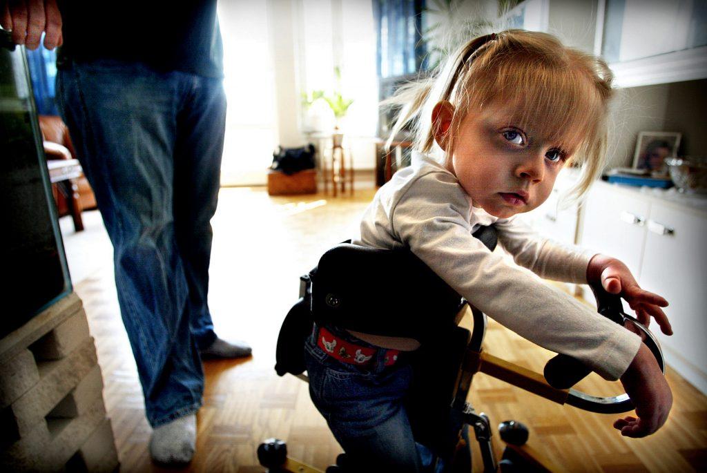 05-04-28/SISU/NŠr Elin, 2 Œr, trŠnade i bassŠngen i Vattenhuset passade nŒgon pŒ att stjŠla hennes specialanpassade barnvagn.