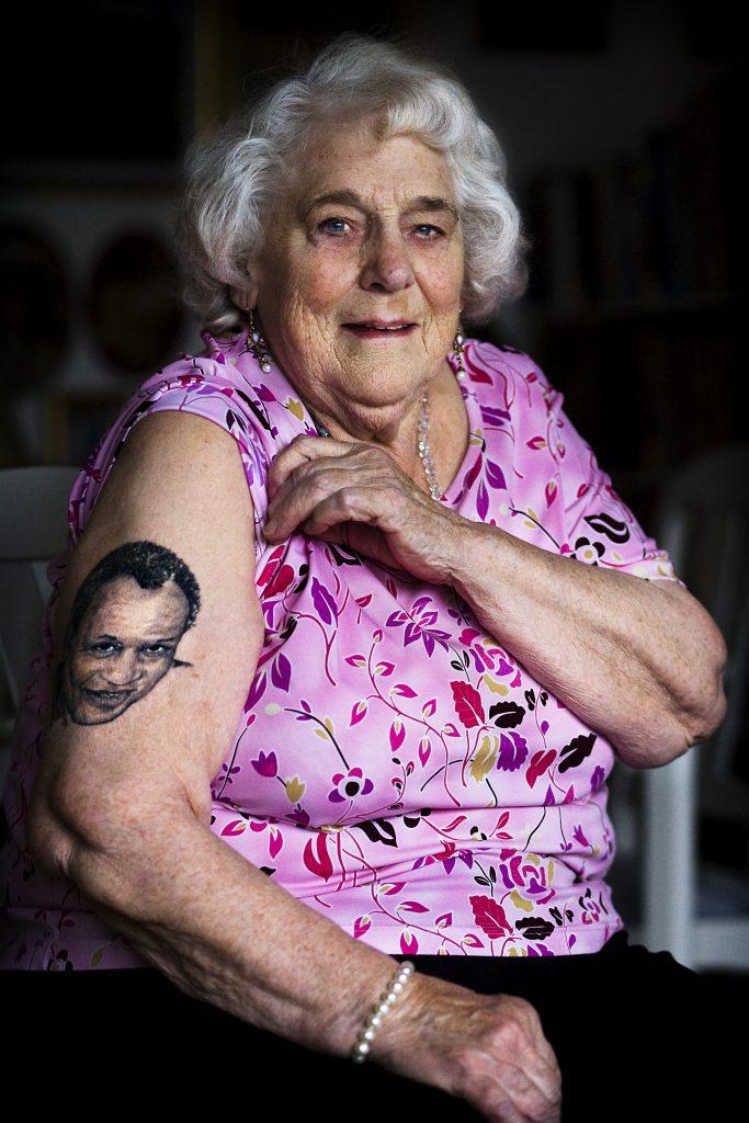 85-åriga Marianne Nissen  *** Local Caption *** 85-åriga Marianne Nissen i Jordbro är med i en tatueringsbok. Hon har en stor bild på Paul Robeson på armen