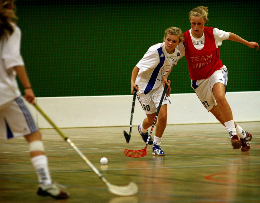 Puff bild:Emelie Jansson och Josefin Ulvhag  *** Local Caption *** Innebandy/Fotboll: Täby IS 14-åriga flickor utmanar sig själva genom att spela i juniorserie