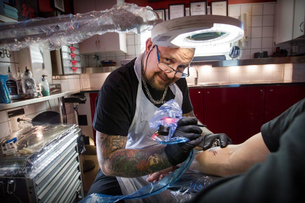 Adress: Tattoo give and take, Eskilsvägen 49, 136 43 HnadenKontaktperson: Ronny  tel: 0735343050Vinkel: Tatueringstrender i Haninge. Vi träffar en tatuerare.