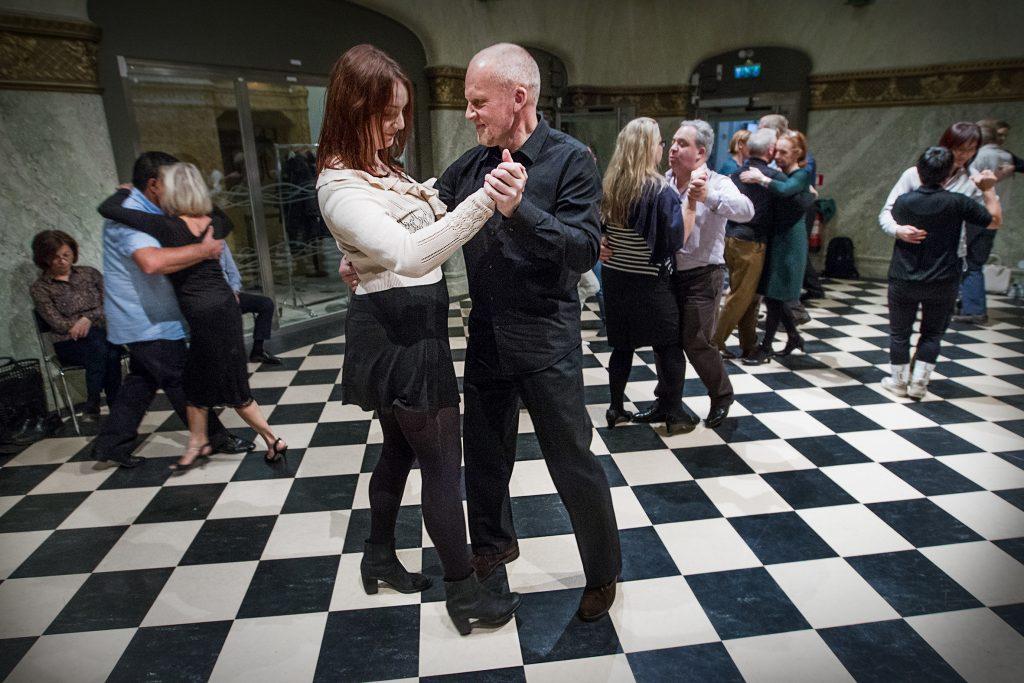 Vinkel: Hit kan folk komma och dansa tango själva. Vi vill ha en ögonblicksbild från när folk dansar./Maja Jerreling 22 år och  Sven Fridh 57 år.(Första gången på Tango)