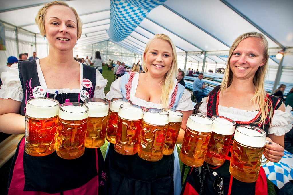 Vinkel: Oktoberfest på Gärdet. Börjar 16.00. Vi åker dit och snackar med folk.Öl tjejrna:från höger :Stine BlochRonja WidlundJohanna Åström
