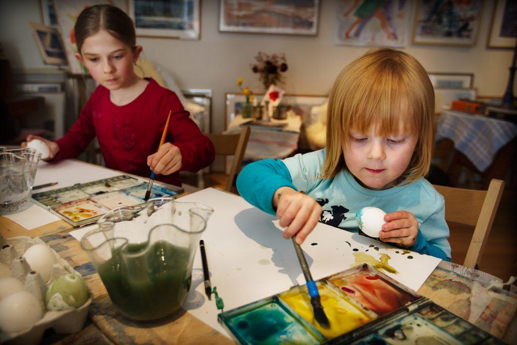 Vinkel:Konstnären Göran Rücker målar påskägg och ger tips. Tillsammans med barn som kan vara med på bild.