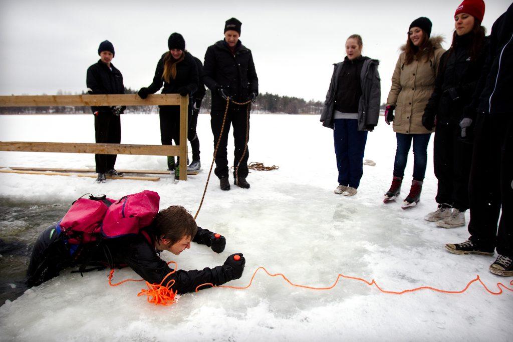 Vinkel:Ê Elever švar pŒ att komma upp ur isvak