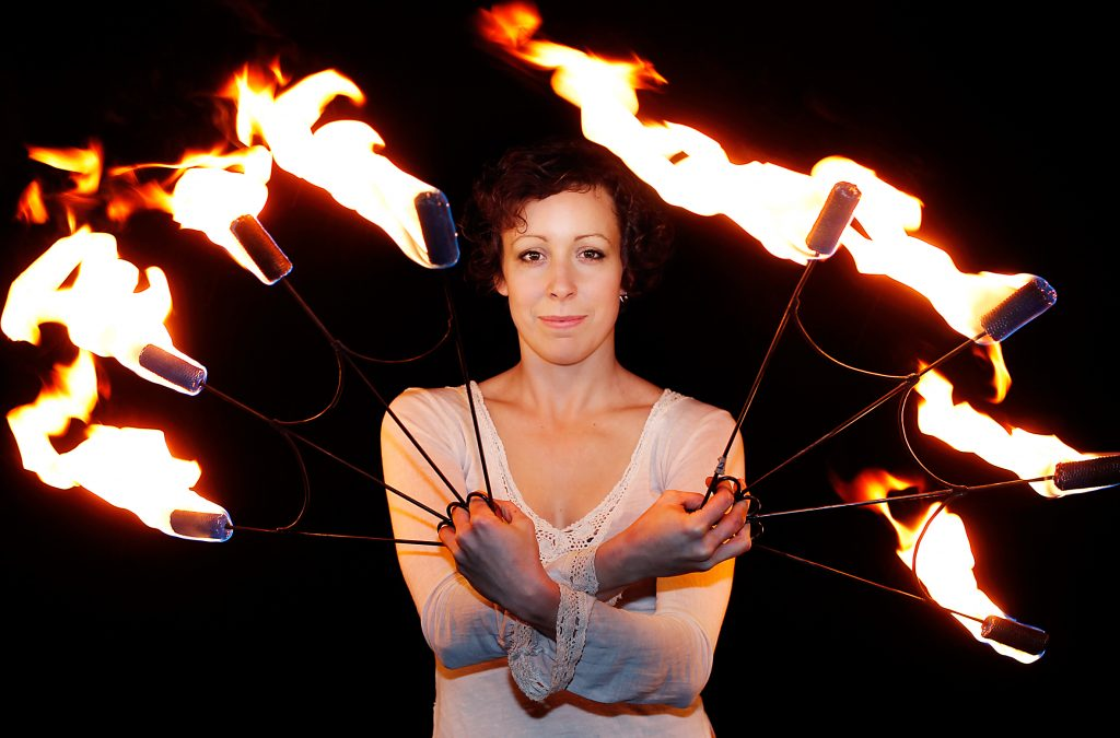 Vinkel:Ê Kulturjobb om en tjej som jonglerar med eld, sk poi/LinnŽa PalmgrenÊÊ