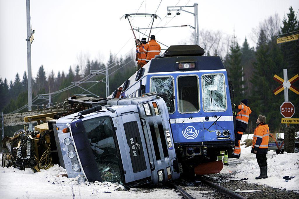 Lastbil krockade med Roslagsbanan .