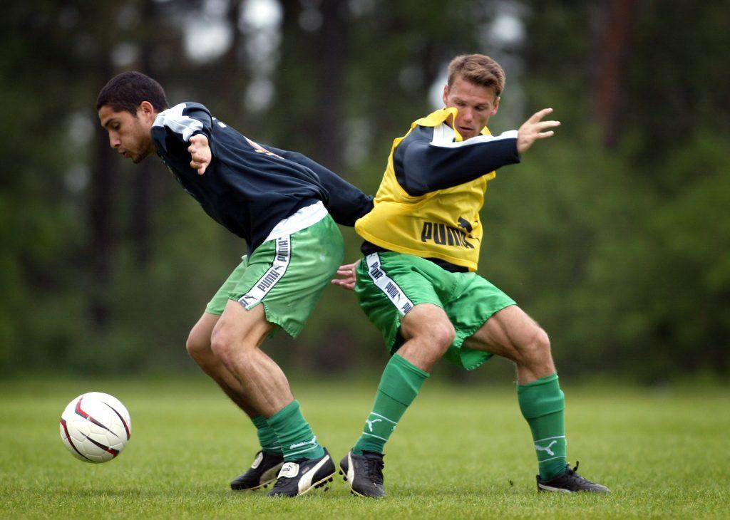Micke Hellström (th) i duell med Pablo Piñones-Arce. Men han ser ut att förlora den, så ta en av de andra två bilderna.