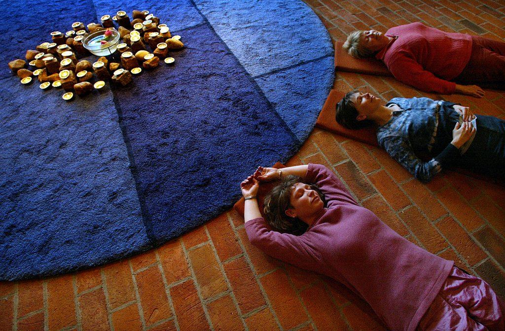 Avslappningspass i kyrkan. Från vänster Susanne Olsson, Erica Braun och Gunilla Thorsson.