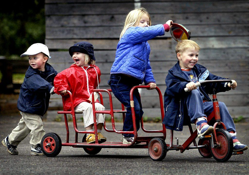 Jacob Fant, Matilda Kennerberg, Mathilda Bjurner och Krister Lindgren leker med en cykel i Parkleken Fyren. Men nästa år kan den vara stängd.