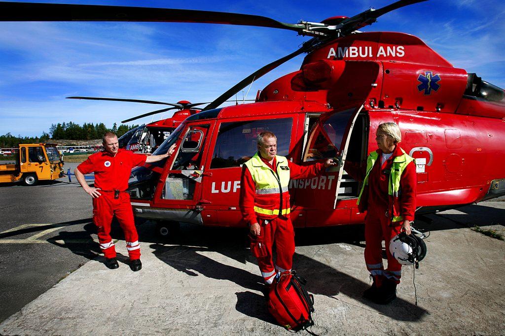 vänster: Christian Jansson Mitten:   Björn Ullman höger:    Ingvor Florin *** Local Caption *** Sjukvårdspersonalen tycker att sommarhelikoptern borde användas mer än tjänstemännen tillåter