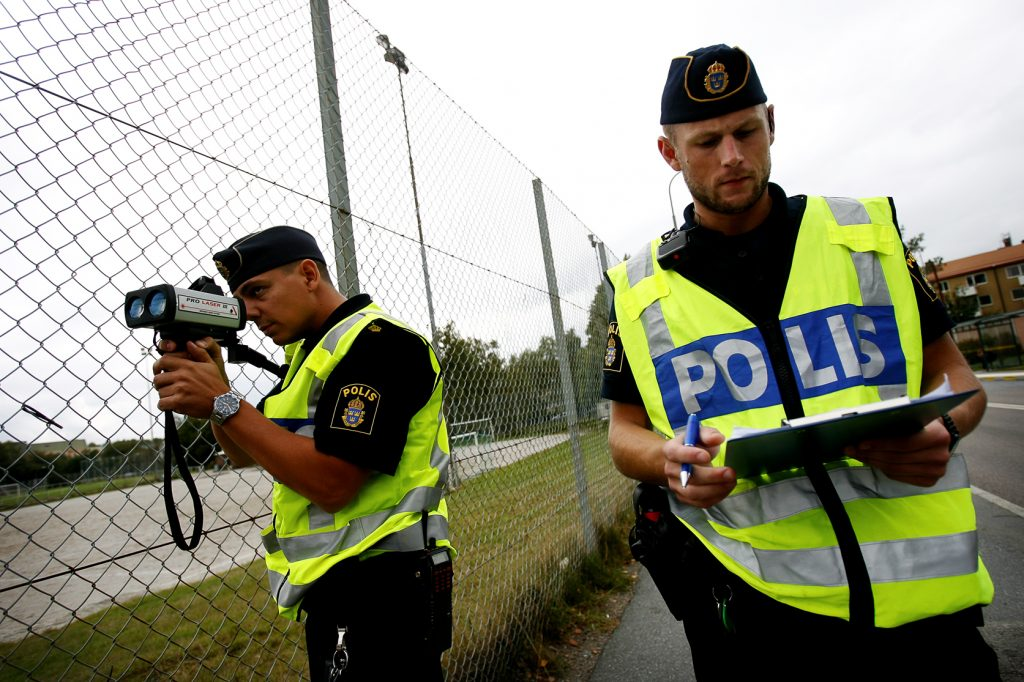 namn? *** Local Caption *** Polisen kollar hastigheten utanför Ellen Key-skolan