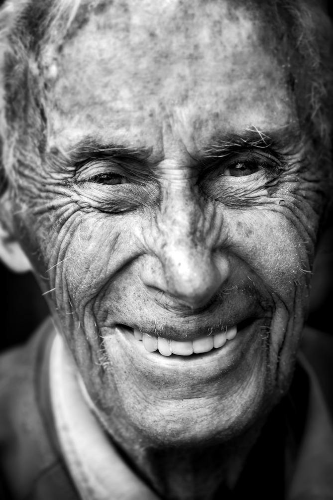 90-årige Erik Rudhe  *** Local Caption *** Snart 90-årige Erik Rudhe har odlat vindruvor i 24 å. Det blir ca 30 flaskor per skörd.