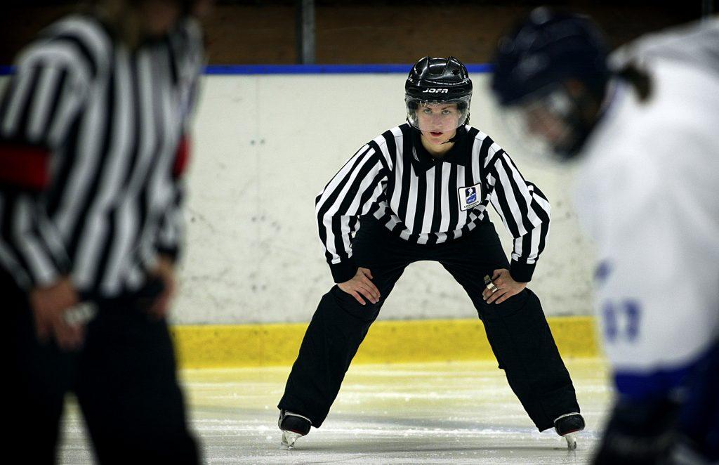 Malin Axelsson *** Local Caption *** Malin Axelsson är hockeydomare och kvinna.