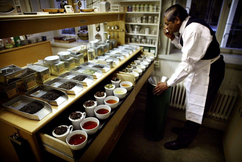 Tea centre of Stockholm Vernon Mauris *** Local Caption *** Veron Mauris  vid Tea centre of Stockholm dukar upp ett provbord med te.