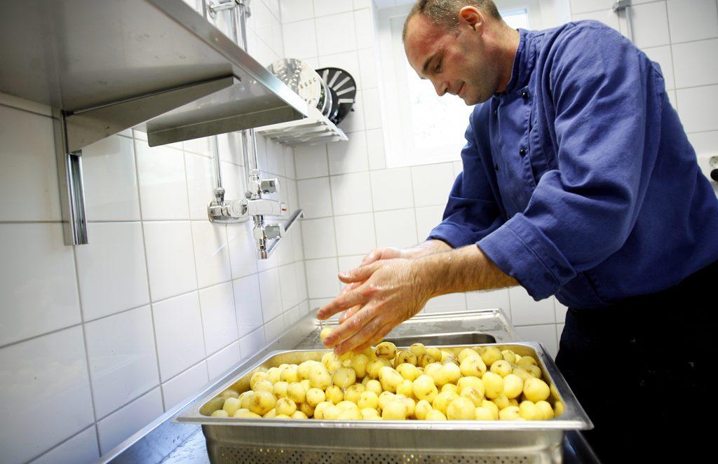 Emil Spanos *** Local Caption *** Artisten förskola har egen kock.
