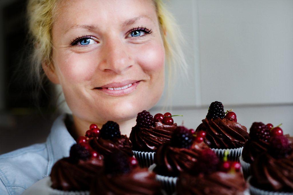 Emelie Holm driver cupcake-bageri och visar hur man bakar godaste cupcaken.