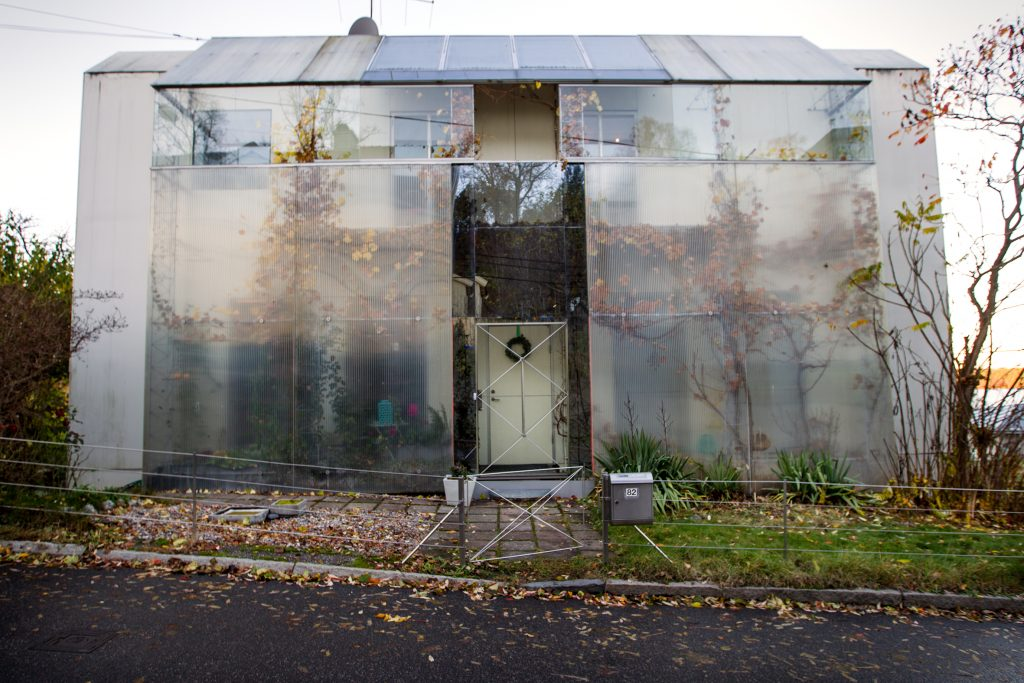 Vi Träffar Andrejs Legzdins som bor i ett hus som han klätt in delvis i plats. Skapar värme till huset. Sålfångare på taket och andra miljölösningar.