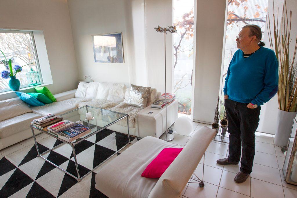 Vi Träffar Andrejs Legzdins som bor i ett hus som han klätt in delvis i plats.Skapar värme till huset. Sålfångare på taket och andra miljölösningar.