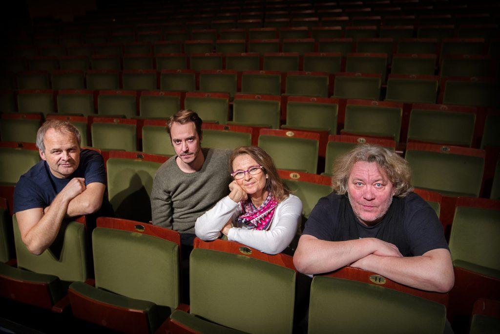 Vinkel: Suzanne Reuter, Leif Andree, Johan Rheborg och Jonas Karlsson i ny föreställning.