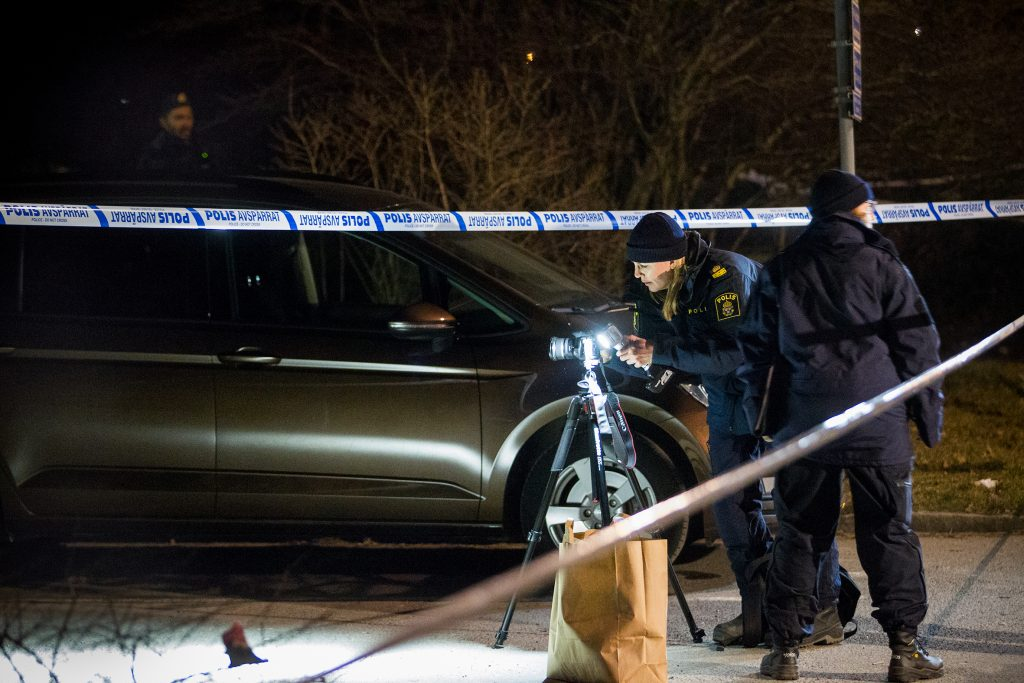 man sköts till döds med automatvapen i Bredäng