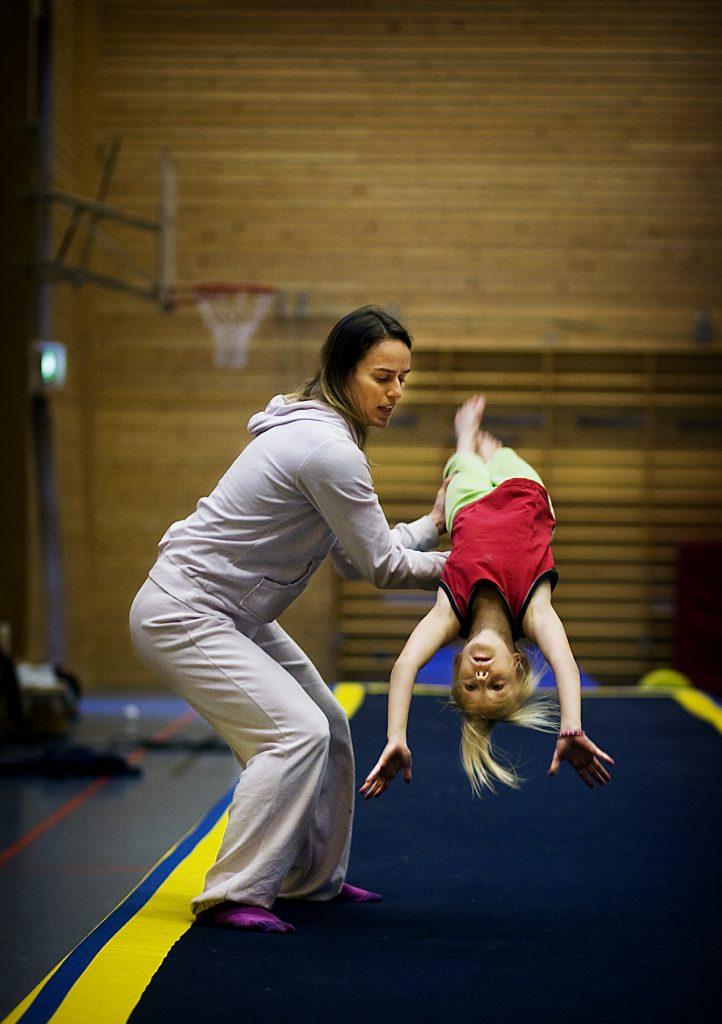 Nikita Söderqvist 11år-ridskola Jenny Malmgren 10år-gymnastik Susanne Ekelund -Gymnastik tränare *** Local Caption *** Vinkel: Om vad det kostar att idrotta för 10-11-åring. Miljö: Unge som tränar. Eller snarare två ungar i olika sporter.